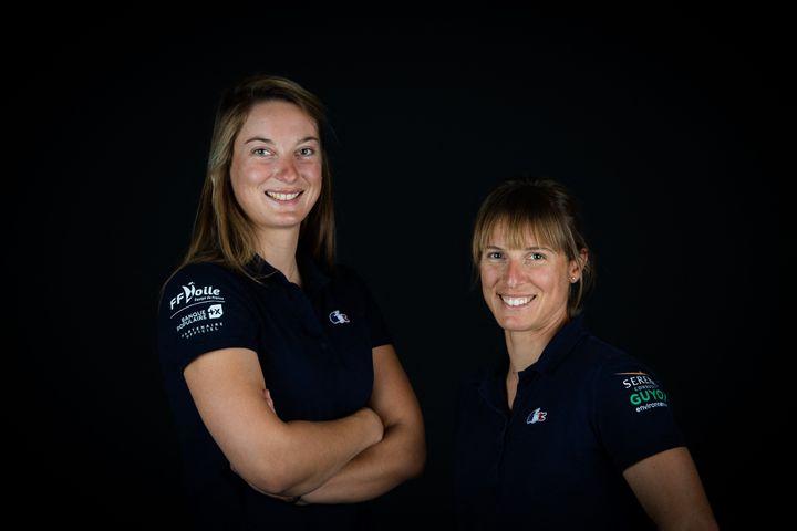 Aloise Retornaz (à gauche) etCamille Lecointre, un duo en 470 à même de monter sur le podium olympique à Tokyo. (MARTIN BUREAU / AFP)