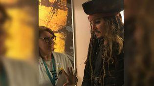 Johnny Depp en visite à l'Institut Curie à Paris, le 27 décembre. (INSTITUT CURIE/TWITTER)