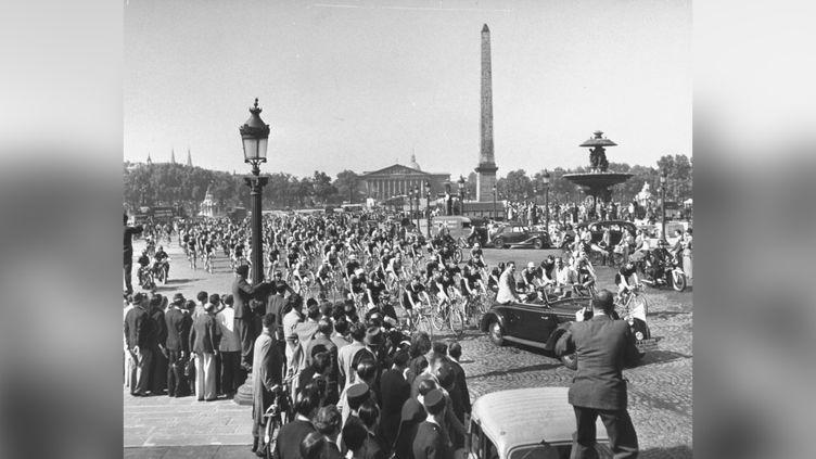 Le peloton du Tour de France place de la Concorde, en 1947. (TONY LINCK / THE LIFE PICTURE COLLECTION VIA GETTY IMAGES)