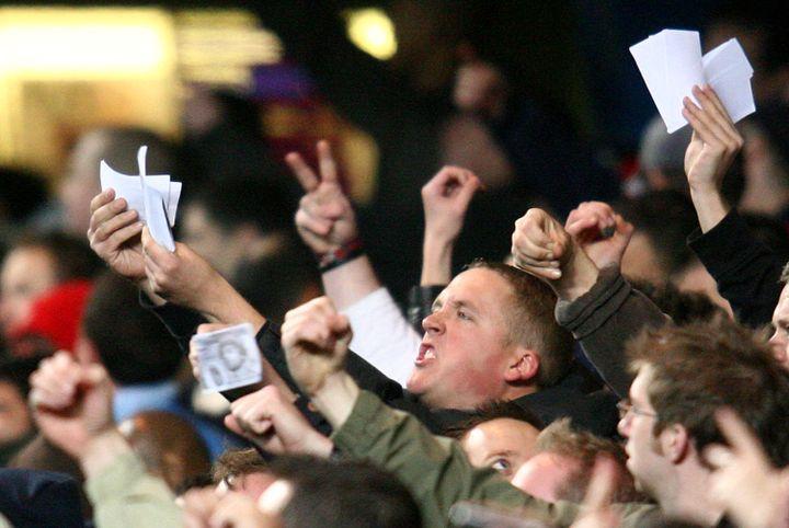 Un supporter d'Arsenal brandit des billets de banque à l'effigie d'Ashley Cole, ancien joueur du club passé à Chelsea, lors du match Chelsea-Arsenal, le 10 décembre 2006 à Londres. (CHRIS YOUNG / AFP)