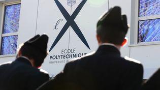 Des étudiants participent à l'inauguration d'un nouveau bâtiment de l'Ecole polytechnique, le 19 avril 2016, à Palaiseau (Essonne). (ERIC PIERMONT / AFP)