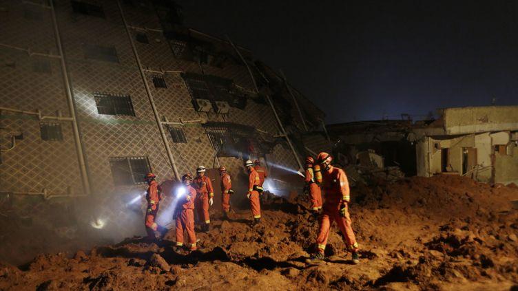 Des sauveteurs cherchent des rescapés du glissement de terrain ayant eu lieu dans la ville de Shenzhen (Chine) le 20 décembre 2015. (MAXPPP.)