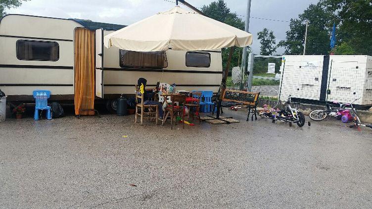 Certains habitants d'Amatrice dont la maison a été détruite dans le tremblement de terre, vivent aujourd'hui dans leur caravane de vacances, commeFederica, son mari, et leurs deux fils. (RADIO FRANCE / MATHILDE IMBERTY)