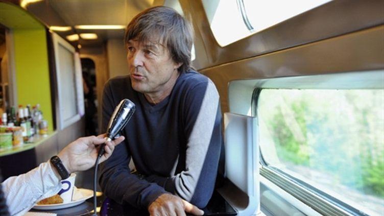Nicolas Hulot dans le TGV pour Strasbourg (25 avril 2011) (AFP/BERTRAND GUAY)