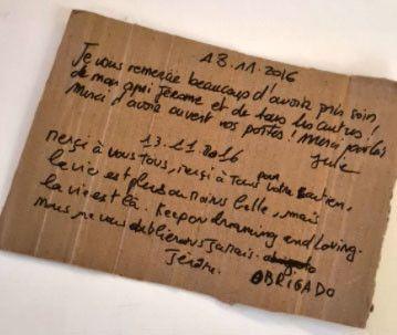 Un des petits mots de remerciement que des rescapés du Bataclan, qui avaient trouvé refuge dans leur loge ou dans leur cour, leur ont glissé dans la boite à lettres ces dernières années. (MATHILDE LEMAIRE / RADIO FRANCE)