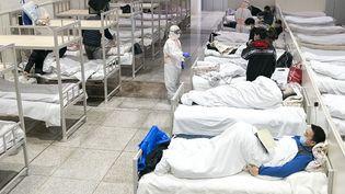Des patients contaminés par le coronavirus dans un hôpital de Wuhan, en Chine,le 5 février 2020. (XIONG QI / XINHUA / AFP)