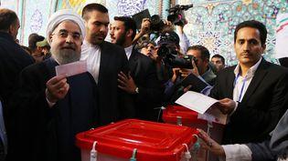 Le président Hassan Rohani vote à Téhéran lors de l'élection présidentielle, le 19 mai 2017. (ANADOLU AGENCY / AFP)