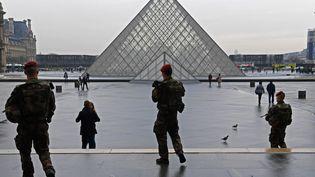 Des militaires de l'opération Sentinelle, le 16 févier 2017, devant la pyramide du Louvre. (CHRISTOPHE ARCHAMBAULT / AFP)