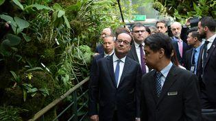 François Hollande en visite au Jardin botanique de Singapour le 27 mars 2017. (CHRISTOPHE ARCHAMBAULT / AFP)