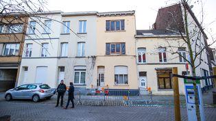 Un immeuble de Bruxelles, le 16 mars 2016, au lendemain d'une opération anti-terroriste menée par les polices belge et française, dans le cadre de l'enquête sur les attentats de Paris en novembre 2015. (BRUNO FAHY / BELGA / AFP)