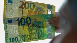 Les nouveaux billets de 100 et 200 euros présentés, le 22 mai 2019, à Leipzig (Allemagne). (PETER ENDIG / DPA-ZENTRALBILD / AFP)