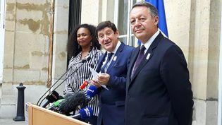 Laura Flessel, Patrick Kanner l'ancien ministre des Sports, et Thierry Braillard, l'ancien secrétaire d'Etat chargé des Sports, lors de la passation de pouvoir, le 17 mai 2017, au ministère des Sports à Paris. (JÉRÔME VAL / FRANCEINFO)