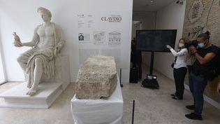 La pierre, retrouvée par les archéologues près du Mausolée d'Auguste à Rome, présentée à la presse le 16 juillet 2021. (RICCARDO DE LUCA / ANADOLU AGENCY)