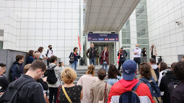 Un rassemblement de soutien aux salariés grévistes d'Europe 1, le 21 juin 2021, devant le siège de la radio à Paris. (MAXPPP)