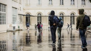 Des élèves arrivent au lycée Condorcet, à Paris, le 22 septembre 2015. (MAXPPP)