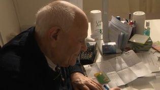 C'est un généraliste qui reçoit toujours des patients. A 97 ans, sa salle d'attente ne désemplit pas.Il est le docteur de France le plus âgé en activitéàChevilly-Larue, dans le Val-de-Marne. (CAPTURE D'ÉCRAN FRANCE 2)