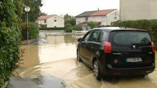 Un lotissement sous les eaux, dans le Rône. (CAPTURE D'ÉCRAN FRANCE 3)