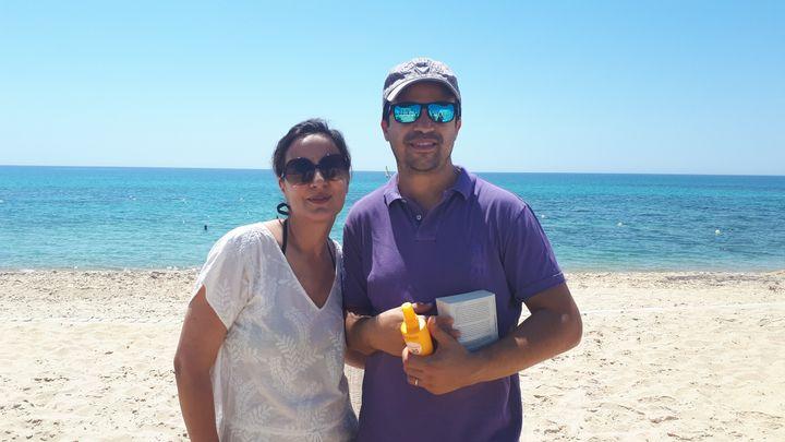 Nasser et Ouafa, deux Parisiens en vacances sur la plage de l'hôtel La Badira, à Hammamet (Tunisie). (BENJAMIN ILLY / RADIOFRANCE)