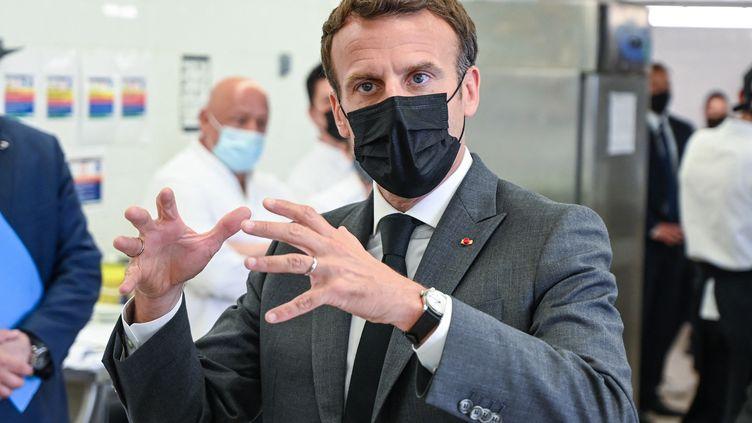 Le président de la République, Emmanuel Macron, en déplacement au lycée hôtelier de Tain-l'Hermitage (Drôme), le 8 juin 2021. (PHILIPPE DESMAZES / AFP)