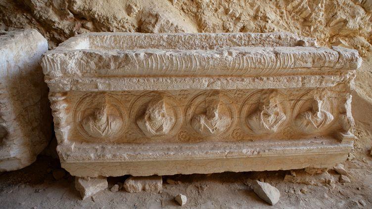 Sarcophage avec portraits gravés, dans la Vallée des tombes du site de Palmyre, en Syrie, 3e siècle après JC (16 mars 2014)  (Manuel Cohen / AFP)
