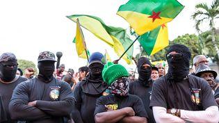 Le collectif des 500 Frères manifeste devant la préfecture de Cayenne, en Guyane, le 1er avril 2017. (JODY AMIET / AFP)