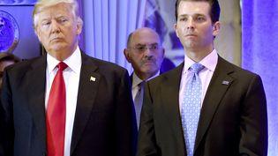Le directeur financier de la Trump organization, Allen Weisselberg (au centre), aux côtés de Donald et Donald Trump Jr., le 11 janvier 2017 à New York (Etats-Unis). (TIMOTHY A. CLARY / AFP)