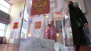 Une urne dans un bureau de vote lors des élections législatives, à Tula, en Russie,le 17 septembre 2021. (VITALIY BELOUSOV / SPUTNIK / AFP)