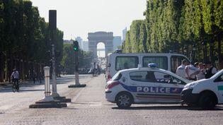 Des policiers déployés sur les Champs-Elysées, à Paris, le 19 juin 2017, après la tentative d'attaque contre un fourgon de gendarmerie. (CITIZENSIDE / DAMIEN TROLARD / AFP)
