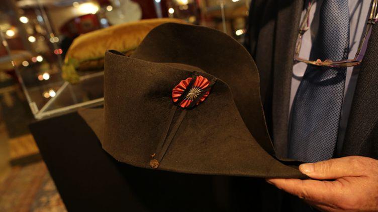(Le chapeau de Napoléon adjugé à 1,88 million d'euros avait été mis aux enchères ce week-end à Fontainebleau lors de la vente de la prestigieuse collection du Palais princier de Monaco © Maxppp)