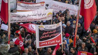 Des Tunisiens célèbrent le 9e anniversaire de la révolution dans les rues de Tunis le 14 janvier 2020. (YASSINE GAIDI / ANADOLU AGENCY)