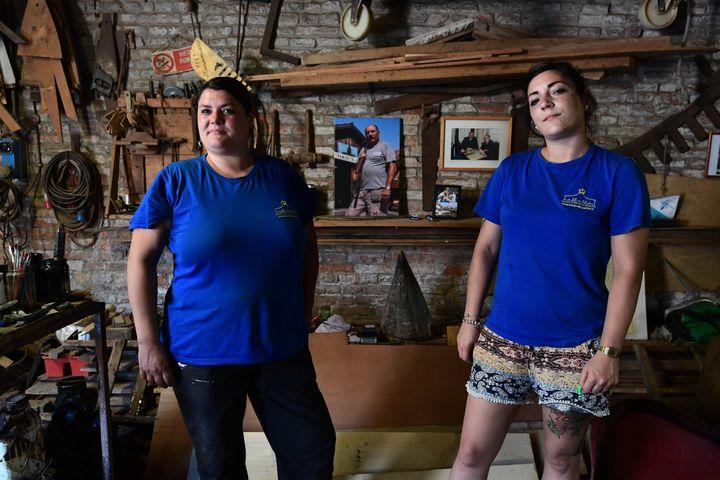 Elena Tramontin et Elisabetta Tramontin, petite-filles du célèbre fabricant de gondoles Domenico Tramontin dans leur atelier à Venise le 27 mai 2020 (MIGUEL MEDINA / AFP)