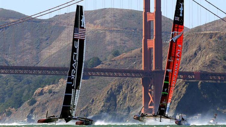 La baie de San Francisco aura été le théâtre de cette 34e édition de la Coupe de l'América, après Valence il y a 3 ans. Ici le Golden Gate au second plan derrière les deux bateaux.