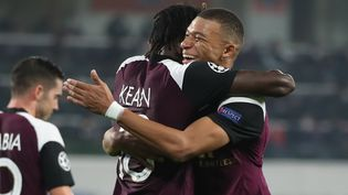 Moise Kean, double buteur à Istanbul,avecKylian Mbappé, au stadeBaşakşehir Fatih Terimd'Istanbul (Turquie), le 28 octobre 2020. (TOLGA BOZOGLU / POOL / AFP)
