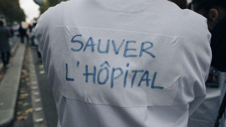 Un manifestant défile pour défendre l'hôpital public, le 14 novembre 2019 à Paris. (MATHIAS ZWICK / HANS LUCAS / AFP)