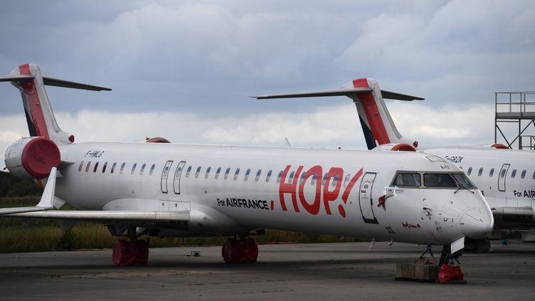 Un avion de la compagnie aérienne Hop !, le 3 juillet 2020, posé sur le tarmac de l'aéroport de Morlaix (Finistère). (FRED TANNEAU / AFP)