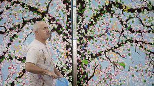 Damien Hirst dans son atelier, 2020  (© Damien Hirst and Science Ltd., Tous droits réservés, ADAGP, Paris, 2021. Photo Prudence Cuming Associates)