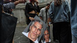 """Un groupe de manifestants appelé """"Hot Mess"""" brandit des pancartes de Jeffrey Epstein devant le palais de justice de New York (Etats-Unis), le 8 juillet 2019. (STEPHANIE KEITH / GETTY IMAGES NORTH AMERICA / AFP)"""