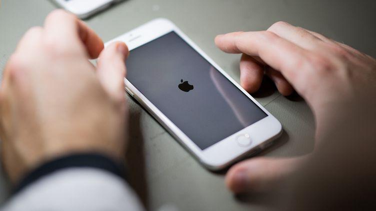 Un iPhone à Nantes, le 26 janvier 2021. (LOIC VENANCE / AFP)