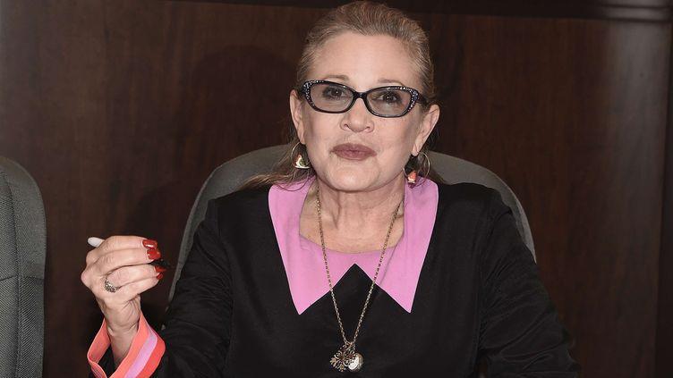 """Carrie Fisher lors d'une séance de dédicace de son livre """"The Princess Diarist"""" à Los angeles en novembre 2016  (SIPANY/SIPA)"""