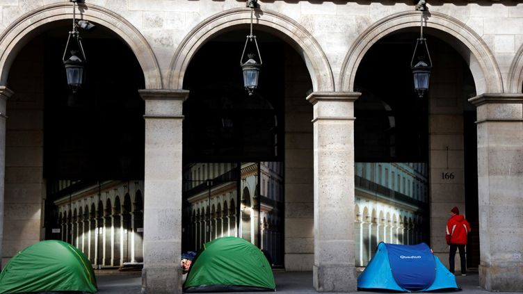 Des sans-abris dorment dans des tentes rue de Rivoli, à Paris, le 21 avril 2020. (THOMAS COEX / AFP)