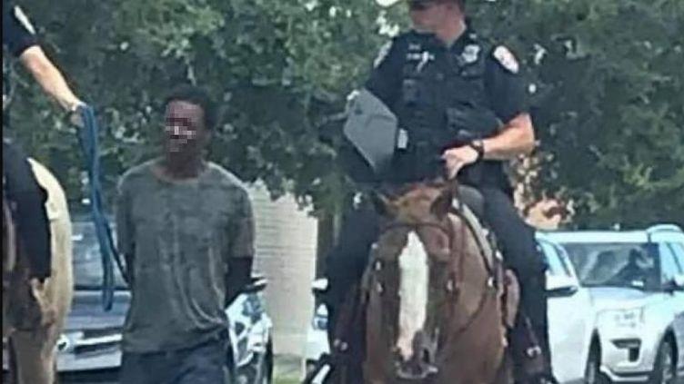 De nombreux internautes ont été choqués par cette photographie devenue virale. Le commissariat de Galveston s'est excusé, le 6 août 2019. (CAPTURE D'ÉCRAN / TWITTER)