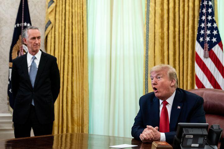 Le directeur général du laboratoire Gilead, Daniel O'Day, près du président américain, Donald Trump, le 1er mai 2020, dans le Bureau ovale de la Maison Blanche à Washington (Etats-Unis), lors de l'annonce de l'autorisation de mise sur le marché du remdesivir contre le Covid-19. (GETTY IMAGES NORTH AMERICA / AFP)