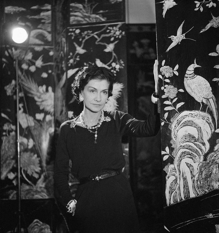 Gabrielle Chanel devant un paravent de Coromandel en 1937  (Boris Lipnitzki/Roger-Viollet)