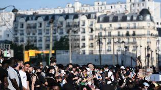 La manifestation contre les violences policières du mardi 2 juin a commencé devant le palais de justice de Paris avant de progresser dans les 17e et 18e arrondissements. (STEPHANE DE SAKUTIN / AFP)