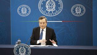 Le Premier ministre italien, Marien Draghi, lors d'une conférence de presse à Rome, le 26 mars 2021. (ALESSANDRA TARANTINO / AFP)