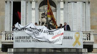 """""""Liberté pour les prisonniers politiques et les exilés"""" sur laGeneralitatde Barcelone le 21 mars 2019.. (PAU BARRENA / AFP)"""