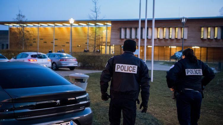 Deux policiers devant le lycéePierre-Joël Bonté de Riom (Puy-de-Dôme), le 11 janvier 2021. (MAXPPP)
