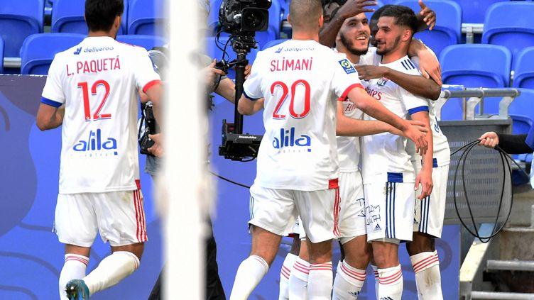 Les Lyonnais restent en course pour la 3e place du classement aprés avoir écrasé Lorient 4-0 (JEAN-PHILIPPE KSIAZEK / AFP)