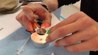Un consommateur prépare une seringue d'héroïne à la salle de shoot de Strasbourg (Bas-Rhin), octobre 2021 (SOLENNE LE HEN / FRANCEINFO / RADIO FRANCE)