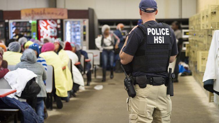 Un fonctionnaire du département de la Sécurité et de l'Immigration américain dans le Mississipi aux Etats-Unis, le 7 août 2019. (HO / US IMMIGRATION AND CUSTOMS ENFOR)